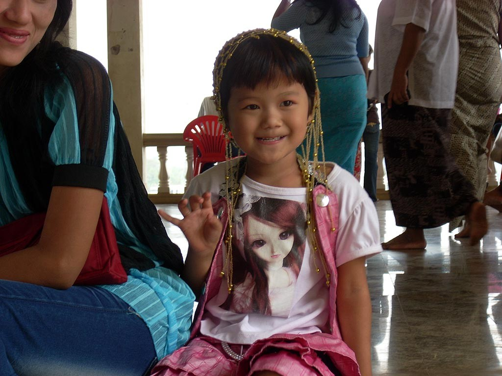 Thailand.Northern-Delights.little-girl-waving